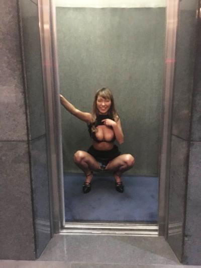 エレベーターでおっぱいを出すギャルの写真