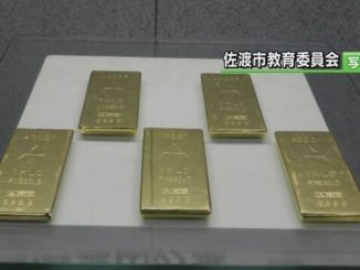 Thieves stole five replica gold plates from a museum in Sado City on Monday