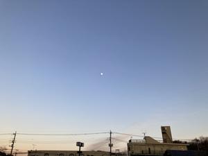 火葬場から見上げた澄んだ空の向こうには、お月さまが浮かんでいました