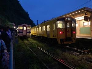 指宿枕崎線を乗り継ぐ長蛇の列(画像左)