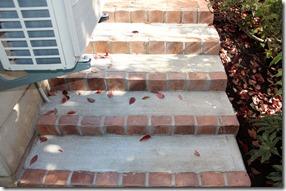 コンクリート階段縁レンガ立て
