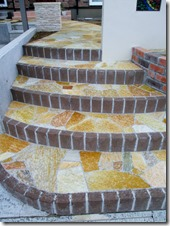 天石貼りダウ数の多いアプローチ階段