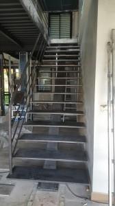 Escalier pour une entreprise de la region parisienne limon central marche reconstituées en pliage assemblage soudure acier brut finition a venir
