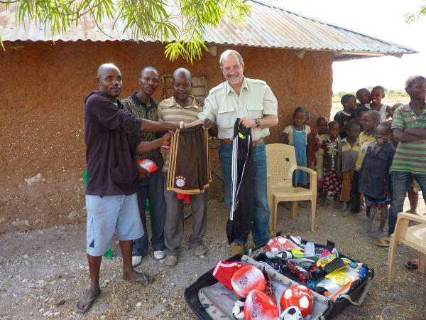 Verteilung der gespendeten Sportartikel an die Jugendlichen und Kinder in Toloha