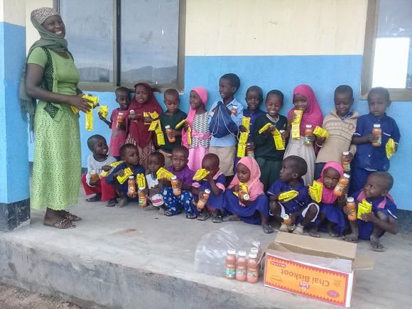 Die Kindergartenkinder werden mit einem kleinen Frühstück versorgt