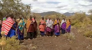 Die Maasai-Frauen beten für gutes Gelingen