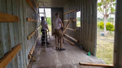 Der Container wird zum Wohnbereich und Lager ausgebaut