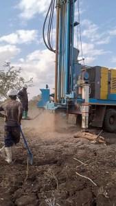 Bohrung nach Trinkwasser in Mbaro village