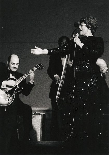 Ella Fitzgerald and Joe Pass in concert 1974. Fotografía por Hans Bernhard. Utilizado con la licencia Creative Commons Attribution-Share Alike 3.0 Unported.
