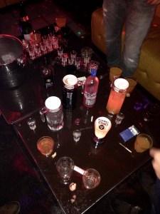 Eget bord med ubegrenset drikke; Jäger, Grey Goose, drinker, shots. Ikke bra..
