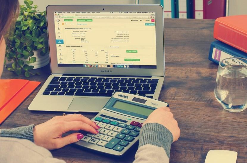 vrouw met laptop en rekenmachine