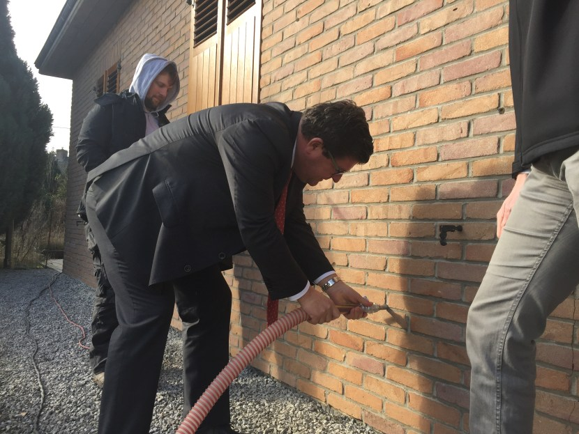 Minister Tommelein spuit isolatie in spouwmuur