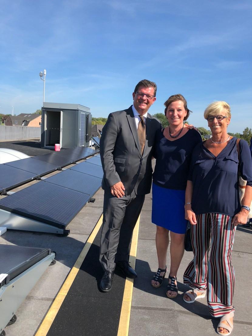 Minister Tommelein, Sabine Leyzen en Marleen Vanderpoorten op het dak van bedrijf ADR Technics