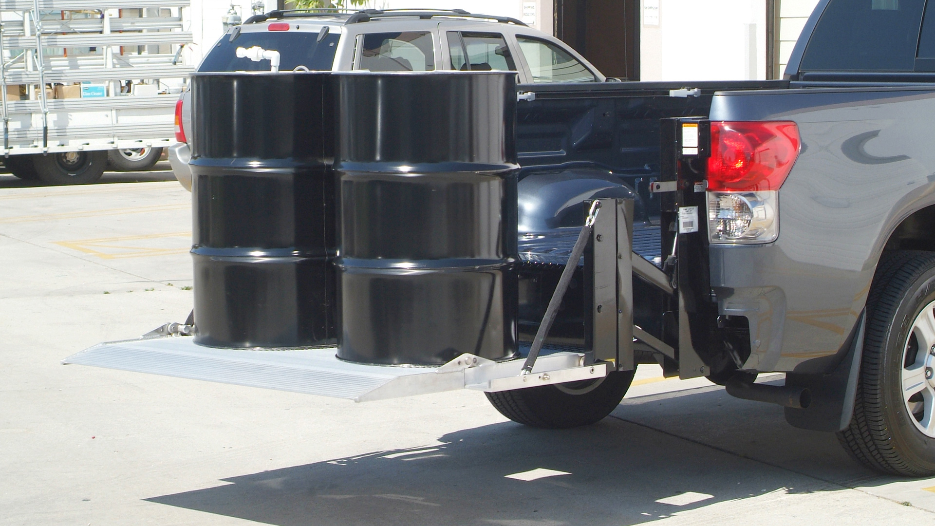 hight resolution of  g2 series pickup liftgate lifting two oil drums