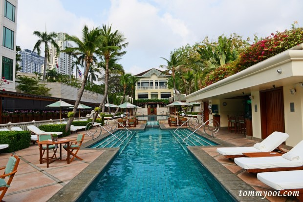 Peninsula Bangkok swimming pool