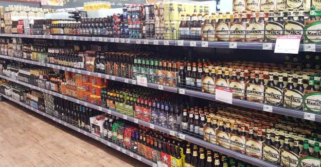 Cerveza artesanal en góndola de supermercado