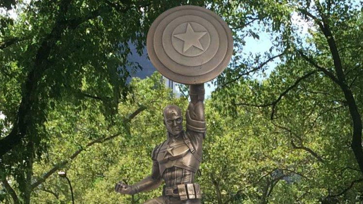 portada Capitán América estatua