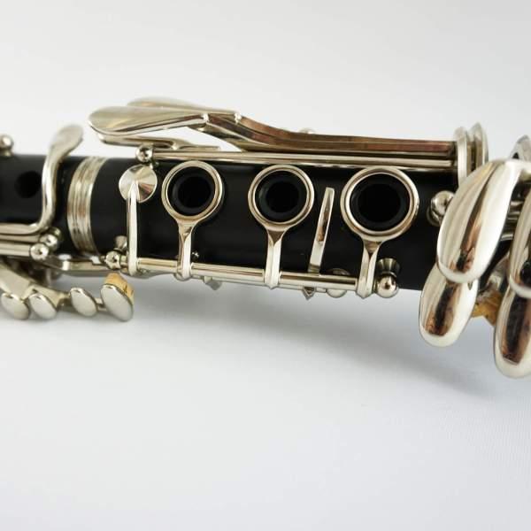 Produktnærbillede af klarinet med hvid baggrund