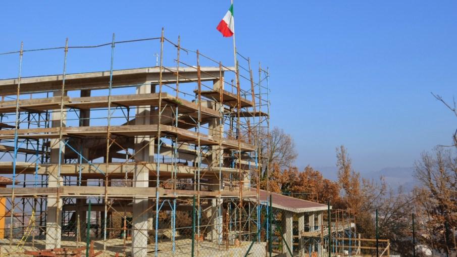 Perchè si mette la bandiera italiana quando si finisce il tetto di una casa?