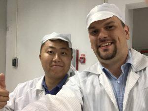 Oleg Zhao und Daniel Orth während einer Fabrikbesichtigung bei Ninestar in China.