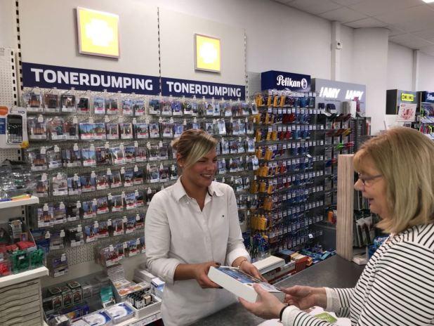 Wenn die freundliche Mitarbeiterin bei Pen&Paper das 10er-Tintenset anbietet, freuen sich die Kunden über die große Ersparnis.
