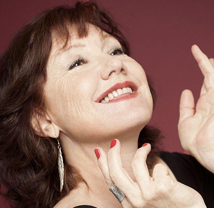 Hélène Delavault chanteuse participe au festival Tons Voisins 2021 à Albi.