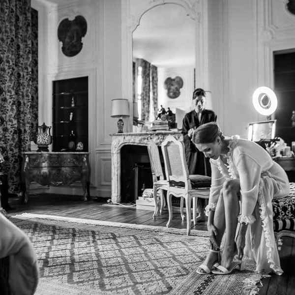 Les préparatifs du mariage la mariée enfile ses chaussures
