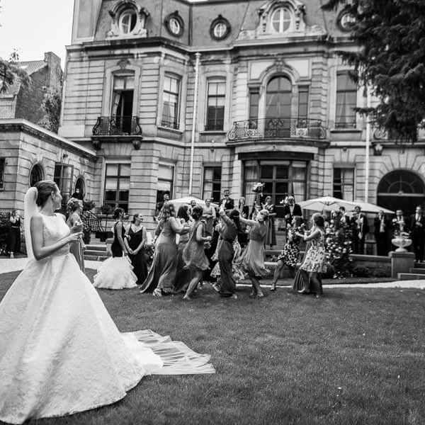 Le lancer du bouquet de la mariée est toujours un moment fort en émotions pour les filles invitées au mariage