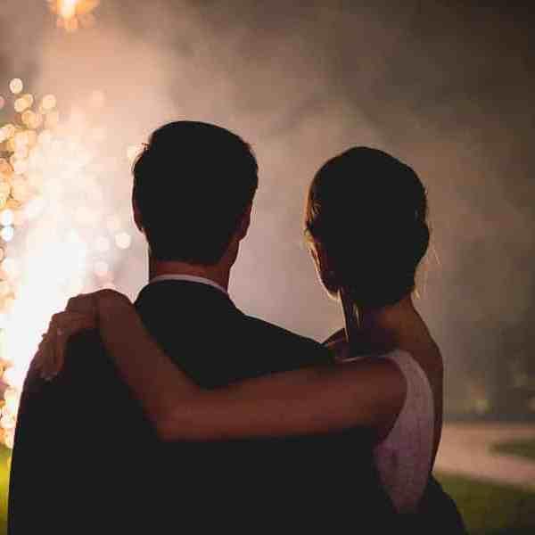 Feu d'artifice pendant la soirée de mariage vu de dos sur les Mariés
