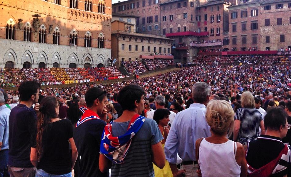 Contradaioli in Piazza del Campo