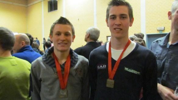 De broers met hun medailles.