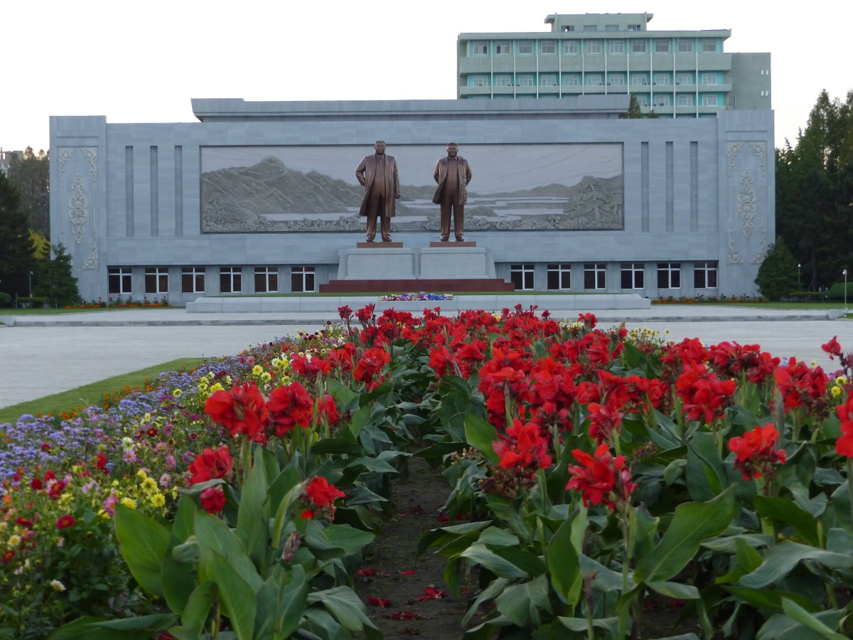 Large statues of North Korean Leaders in front of a building