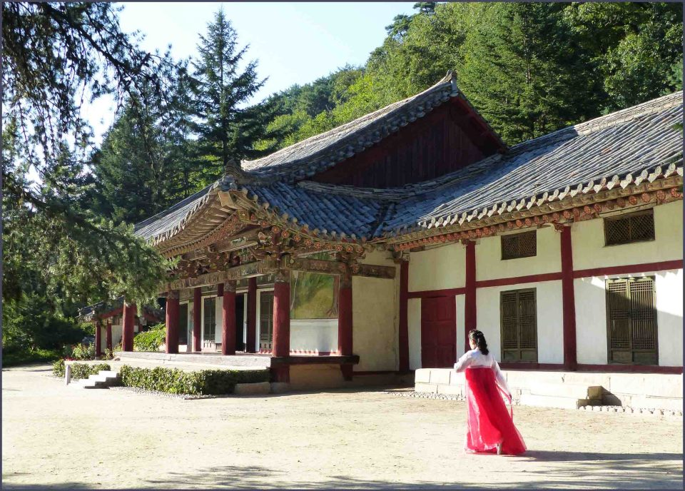 Lady in traditional dress in front of a temple