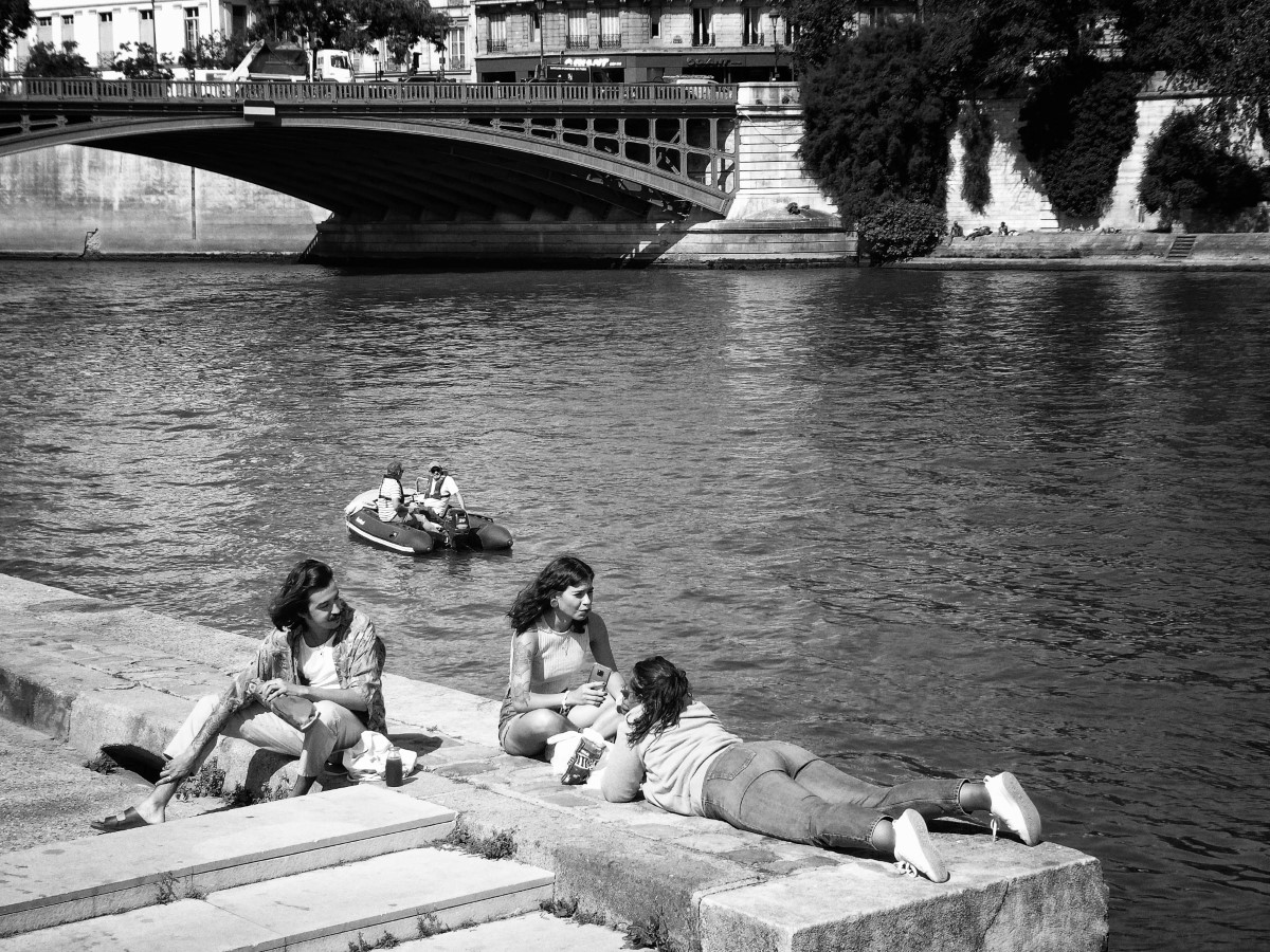 Black and white photo of young people by a river