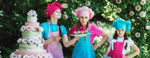 children with cakes