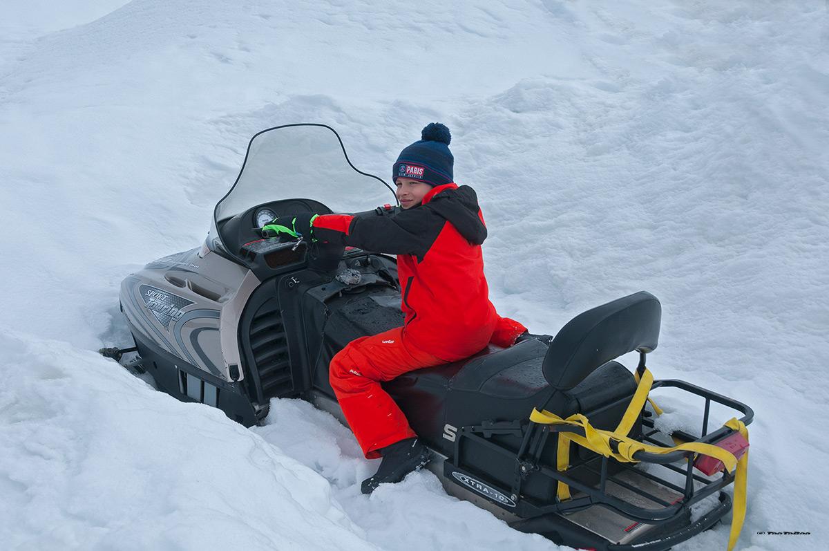 Tao sur le scooter des neiges