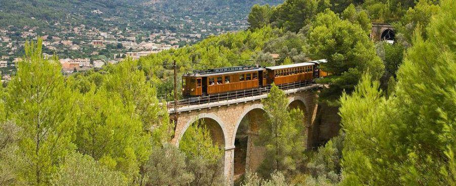 Petit train qui mene de Soller à Port Soller-Majorque