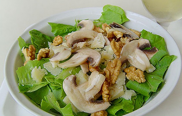Raw Champignons, Nuts and Cheese Salad