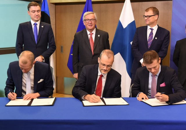 Taavi Rõivas, Jean-Claude Juncker, Juha Sipilä (back row, from left to right); Andreas Boschen, Head of Department in the Innovation and Networks Executive Agency, Herko Plit, President and CEO for Baltic Connector OY, Taavi Veskimagi Chairman of the Board of CEO of Elering AS (front row, from left to right)