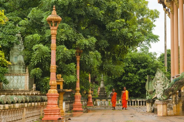 CAMBODIA-TEMPLE-MONKS-599x398