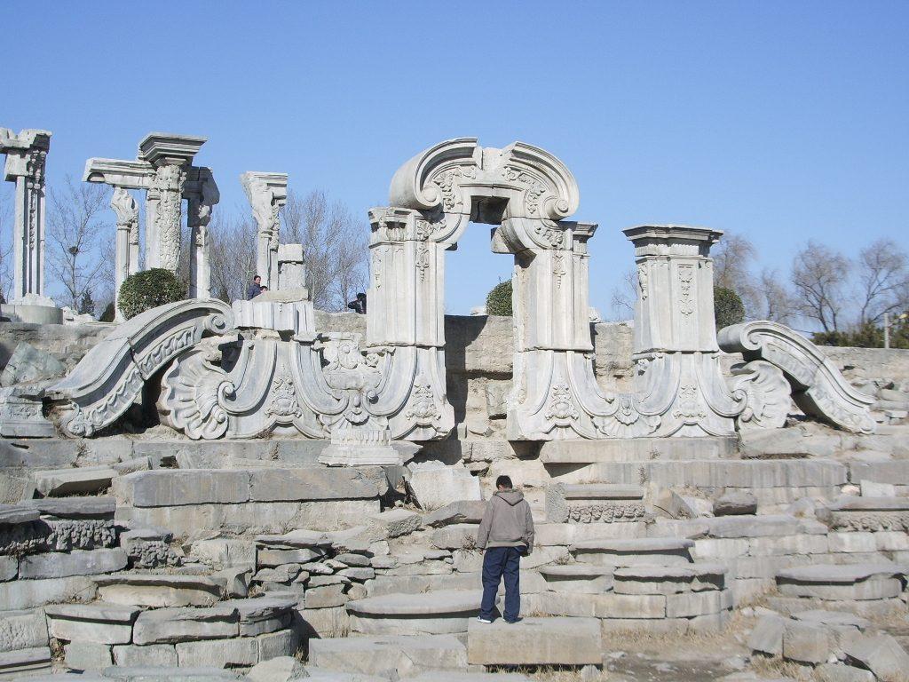 """Ερείπια του συμπλέγματος """"Δυτικής Τεχνοτροπίας"""" των Θερινών Ανακτόρων, που καταστράφηκε από τις αγγλο-γαλλικές δυνάμεις."""