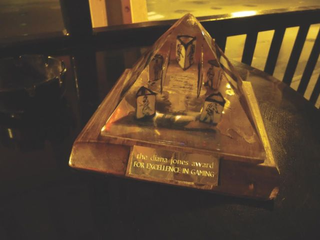 Una imagen borrosa del premio Diana Jones junto a un cenicero, sin duda tomada en un bar de Indianápolis.
