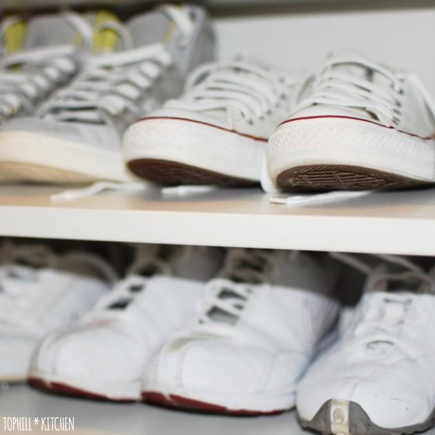 Schuhregal mit sauberen Schuhen