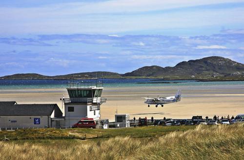 Этот уникальный аэропорт, обслуживающий порядка 1500 рейсов в год, является единственным в своем роде и входит в десятку самых опасных в мире. Помимо ненадежного песка, по которому передвигаются самолеты, аэропорт преследуем водной стихией — его регулярно затопляют приливы.