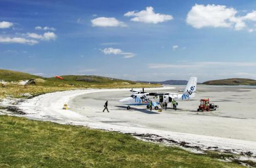 Аэропорт острова БарраНе такое уж это теплое место — Шотландия, но пляжи с загорающими туристами там все же есть. Один из них находится на северной оконечности острова Барра, на берегу бухты Трай-Мор. Правда, кроме загорелых фигур там то и дело снуют самолеты — укороченные канадские «Твин Оттер». Здесь находится аэропорт с тремя короткими взлетно-посадочными полосами, расположенными прямо на пляже. Окончания полос отмечены деревянными заборами.