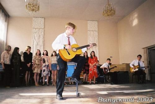 Музыкант, Алексей Воробьёв, покорял сердца девушек одной из тульских школ