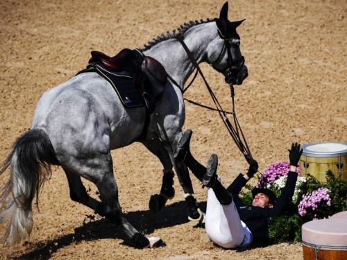 Конные соревнованияПредставьте соревнования, участники которых пытаются справиться с норовом огромного животного на скорости около 50 км/ч. Малейший просчет может стать причиной серьезной травмы. По данным Международной федерации конного спорта, в период с 2005 по 2010 год падали каждые пятеро из сотни конкурирующих гонщиков.
