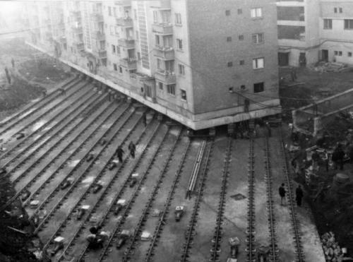 Перемещение многоквартирного жилого дома весом 7600 тонн, чтобы проложить бульвар в румынском городе Алба-Юлия, 1987.