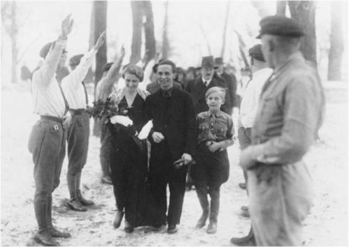 Гитлер на свадьбе Геббельса.