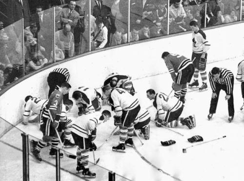 Игроки Toronto Maple Leafs и Chicago Black Hawks ищут потерянную дорогую контактную линзу Джека Эванса. Через месяц Leafs выиграют Кубок Стэнли, 1962.